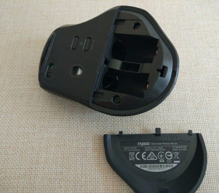 Вставляем в беспроводную мышь батареи